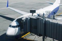 Закройте вверх самолета на взлетно-посадочной дорожке готовой для embarkation стоковое изображение