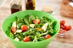 Закройте вверх салатницы и специй на кухонном столе Стоковое Изображение