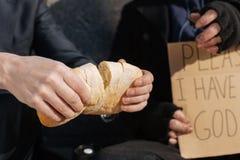 Закройте вверх свежего хлеба хлебца будучи разделянным в 2 Стоковое Изображение RF