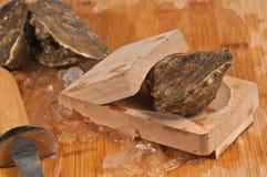Закройте вверх свежей, сырцовой устрицы в деревянном сжатии Стоковая Фотография RF
