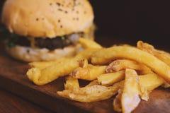 Закройте вверх свежих вкусных фраев бургера и француза Стоковая Фотография RF