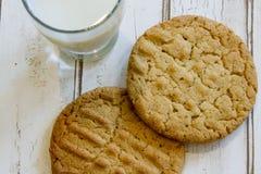 Закройте вверх свежих печений и молока арахисового масла Стоковые Изображения RF