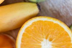 Закройте вверх свежих сочных апельсина и банана на таблице Стоковая Фотография