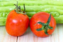 Закройте вверх свежих томатов на деревянном столе Стоковые Фото