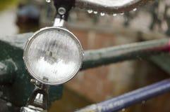 Закройте вверх света велосипеда припаркованного на мосте в Амстердаме Стоковые Изображения RF