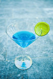 Закройте вверх света - голубого холодного освежая коктеиля лета Стоковые Изображения
