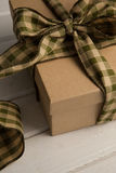 Закройте вверх связанной подарочной коробки на таблице Стоковая Фотография RF