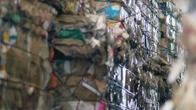 Закройте вверх связанных вверх собранных блоков отброса Концепция загрязнения окружающей среды сток-видео