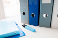 Закройте вверх связывателей и файлов кольца на таблице офиса Стоковое Фото