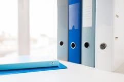 Закройте вверх связывателей и файлов кольца на таблице офиса Стоковые Изображения RF