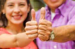 Закройте вверх селективного фокуса отца и дочери с thumps вверх на outdoors Стоковое Изображение RF