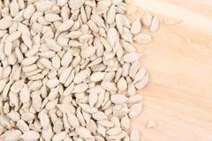 Закройте вверх семян подсолнуха на деревянной доске Стоковая Фотография