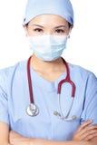 Закройте вверх серьезного женского доктора хирурга Стоковое Фото
