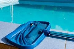 Закройте вверх сетчатого уборщика на плитке бассейна Стоковое Фото