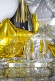 Закройте вверх сияющих стекел шампанского над предпосылкой партии стоковое изображение