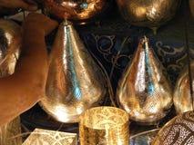 Закройте вверх сияющих фонариков в рынке souq khalili khan el с арабским почерком на ем в Египте Каире Стоковые Изображения RF