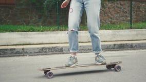 Закройте вверх скейтборда Longboard катания девушки на улице, замедленном движении акции видеоматериалы