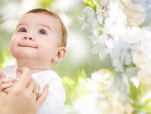 Закройте вверх сладостного маленького младенца с рукой матери стоковые фото