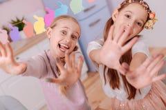 Закройте вверх смешных девушек что представляющ на камере стоковое изображение rf
