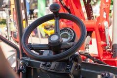 Закройте вверх современного рулевого колеса трактора Стоковые Фотографии RF