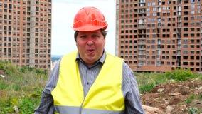 Закройте вверх сотрясенного выражения стороны работника или архитектора Вау эмоция человека на строительной площадке конструкции сток-видео