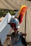 Закройте вверх средневекового шлема серебра ` s рыцаря и красного и желтого пера Стоковые Изображения RF