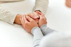 Закройте вверх старика и молодой женщины держа руки Стоковое Изображение RF