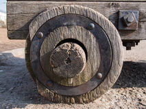 Закройте вверх старого деревянного колеса с железной оправой которая одела в эпицентре деятельности Стоковая Фотография RF