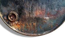 Закройте вверх старого заржаветого и пакостного бочонка нефтехранилища металла на белой предпосылке Стоковые Фотографии RF