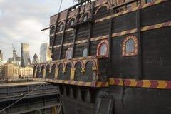 Закройте вверх старого торгового судна без воды в гавани в Лондоне, Великобритании стоковые изображения