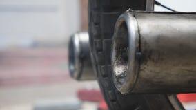 Закройте вверх старой выхлопной трубы мотоцилк выпуская перегары в воздухе движение медленное акции видеоматериалы