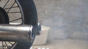 Закройте вверх старой выхлопной трубы мотоцилк выпуская перегары в воздухе движение медленное сток-видео