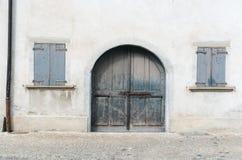 Закройте вверх старой деревенской деревянной двери и окон Стоковые Фотографии RF