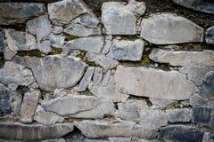 закройте вверх старой и треснутой облицеванной стены Время осени напольно стоковое фото rf