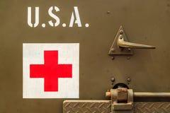 Закройте вверх старой тележки армии США с знаком Красного Креста Стоковые Фотографии RF