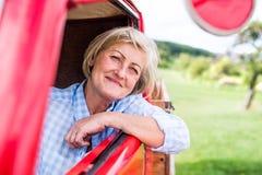 Закройте вверх старшей женщины внутри винтажного грузового пикапа Стоковая Фотография