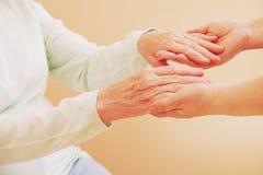 Закройте вверх старшей женщины и молодой женщины держа руки Концепция заботы и поддержки Стоковые Фотографии RF