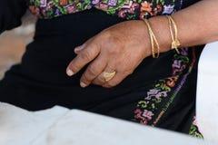 Закройте вверх старших арабских рук женщины с ювелирными изделиями стоковое фото rf