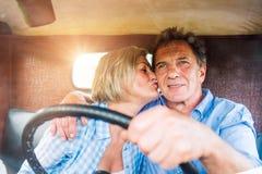 Закройте вверх старших пар внутри грузового пикапа Стоковые Фото
