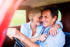 Закройте вверх старших пар внутри грузового пикапа Стоковое Фото