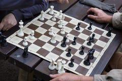 Закройте вверх старших людей играя шахмат Стоковое фото RF
