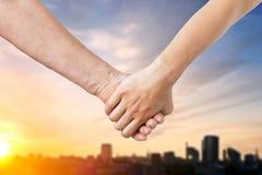 Закройте вверх старшия и молодой женщины держа руки Стоковое Изображение RF