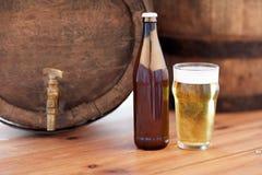 Закройте вверх старых бочонка, стекла и бутылки пива Стоковые Фото