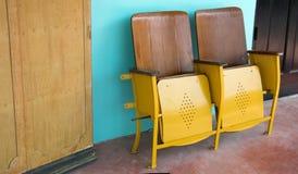 Закройте вверх старых деревянных складывая стула кино или места складчатости перед азиатским театром Стоковая Фотография