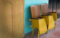 Закройте вверх старых деревянных складывая стула кино или места складчатости перед азиатским театром Стоковые Изображения
