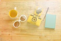 Закройте вверх стекел солнца тетрадей камеры на деревянном столе Стоковое Изображение RF
