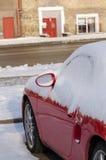 Закройте вверх стороны автомобиля покрытой с снегом в автостоянке стоковые фотографии rf