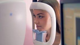 Закройте вверх стороны ` s молодой женщины во время ее рассмотрения зрения акции видеоматериалы