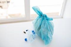 Закройте вверх сумки хлама с поганью дома Стоковые Фотографии RF