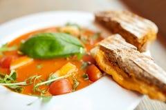 Закройте вверх супа гаспачо с хлебом на ресторане Стоковое Фото